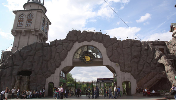 Московский зоопарк украсили граффити с изображениями енота и других животных, говорится в сообщении на сайте столичной мэрии.
